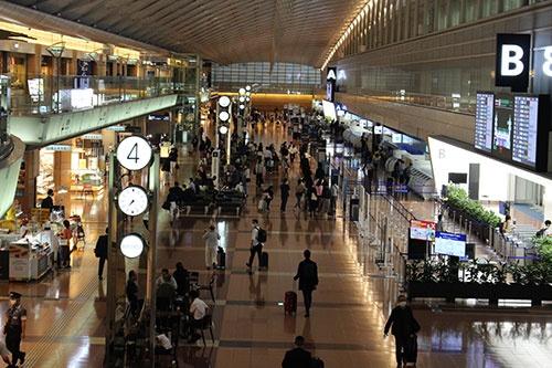 緊急事態宣言が解除された10月1日朝の羽田空港は平日かつ台風16号の影響もあり、大きな混雑はなかったものの、航空各社の10月搭乗分の国内線予約数は大きく伸びているという