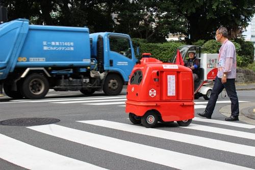 日本郵便は都内でZMPのロボットを使った公道での走行実験を進めている(10月7日、東京・千代田)