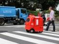 公道を走り始めた宅配ロボット 実力は未知数