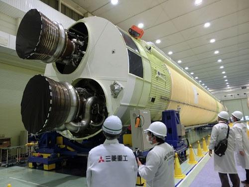 報道陣に公開されたH3ロケット初号機の機体。2021年度に打ち上げを目指す