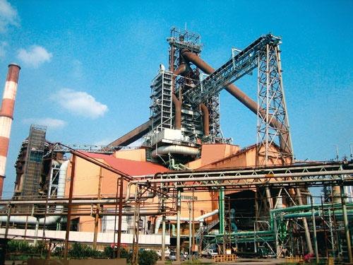 日本製鉄は25年度までに国内粗鋼生産能力を2割削減し、人員を1万人減らす