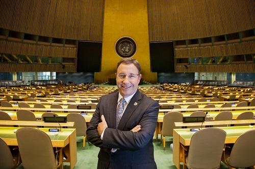 """<span class=""""fontBold"""">アヒム・シュタイナー氏</span><br />国際自然保護連合(IUCN)事務局長(2001~06年)、国連ナイロビ事務局長(09~11年)、国連環境計画(UNEP)事務局長(06~16年)などを経て、17年にUNDP総裁に就任。国連開発グループ(UNDG)の副議長も兼務し、40の国連基金、プログラム、専門機関、その他の組織をまとめる。30年以上にわたって持続可能な開発と国際協力分野でリーダーシップを発揮している(写真:UNDP提供)"""