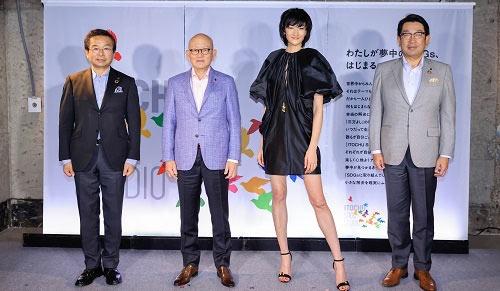 左から、小林文彦副社長CAO、岡藤正広会長CEO、 モデルでITOCHU SDGs STUDIOエバンジェリストの冨永愛氏、石井敬太社長COO(写真:伊藤忠商事)