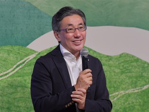 スターバックス コーヒー ジャパンの水口貴文CEO。人・環境・地域の3つを軸にした出店戦略を打ち出した。年100店を新規出店し、2024年末には「意義のある2000店舗をつくる」と意気込む(写真:スターバックス コーヒー ジャパン)