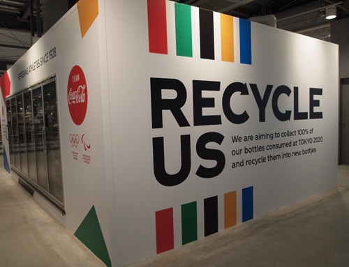 日本コカ・コーラは100%リサイクルペットボトルの製品を提供。選手村のダイニングでペットボトルの回収を訴えた(写真:藤田香)