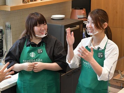 「スターバックス コーヒー nonowa国立店」ではコミュニケーション手段として主に手話を使用する(写真:スターバックス コーヒー ジャパン)