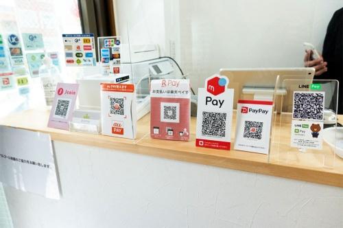 店頭にQRコードを多数置かなければならない状況は、店に負担になっている(写真/志田彩香)