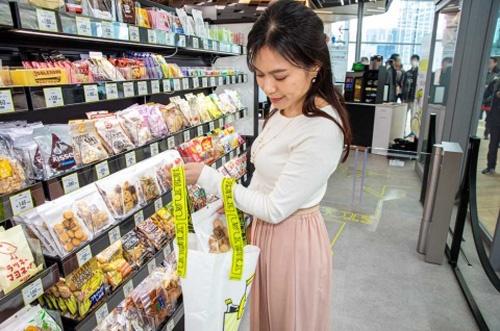 商品を買い物バッグへ入れる。バッグは持参したものを使える