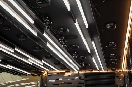 無人化システムを導入する店舗は、天井には各50台のカメラとセンサーを設置する