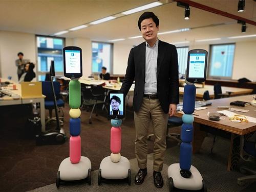 ANAホールディングスから独立したavatarinの深堀昂CEO。並ぶのは開発したアバターロボット「newme(ニューミー)」