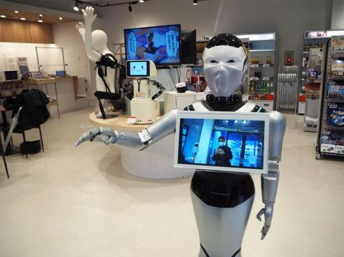 ロボットマートの店内。中国メーカーが開発した案内ロボが出迎える。一般のコンビニと差異化するため、奥の棚にはお菓子や缶詰、飲み物など全国ローカルの食品が並んでいる