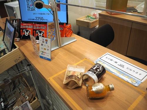 ロボットマートで決済をしているところ。商品をカウンターの上に置くとパッケージを画像認識して料金を示す