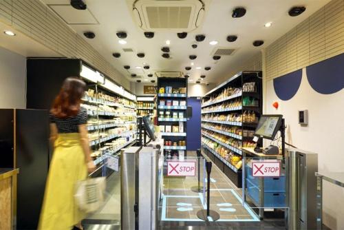 高輪ゲートウェイの店舗に続いて、20年10月にはJR山手線の目白駅に紀ノ国屋の無人店「KINOKUNIYA Sutto(キノクニヤ スット)」を開店した