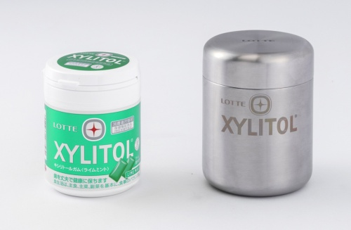 左がロッテ「キシリトールガム」の通常商品。右がLoop用に開発中のステンレス容器を使用した商品。Loop商品の内容量は、通常商品の約1.5倍