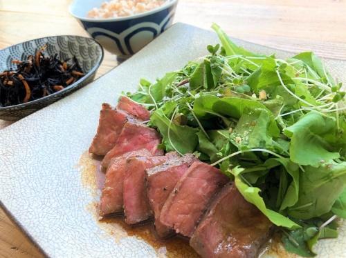 写真は社食での臨床試験で提供した定食の例。トンカツやローストビーフ、鮭の味噌マヨネーズ焼き、チンジャオロースなど和洋中様々な料理が並ぶ。これで摂取カロリーは400~500キロカロリー程度、必要な栄養素をすべて含むという
