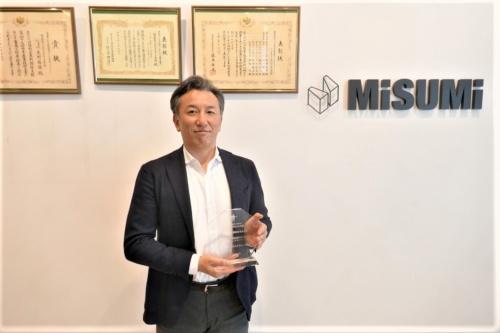 ミスミグループの常務執行役員でメヴィーを手掛けるID企業体社長の吉田光伸氏。社内には各団体からの表彰状があった