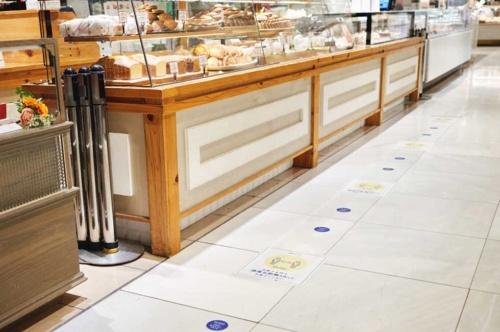 人気店が多い伊勢丹新宿店。営業再開後、アイコンなど、入り口と同様の表現を用いたシールを床に貼ってソーシャルディスタンスを促した