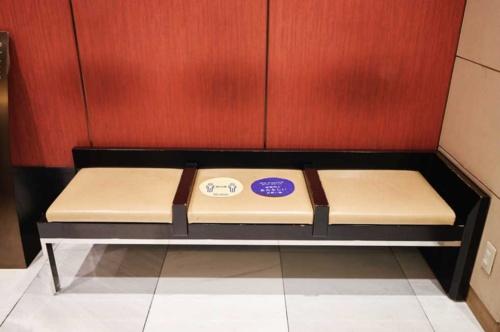 ベンチにも同様のアイコンを描いたシールを貼った。使用できる座面を減らすことで客同士の間隔を保った
