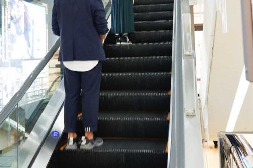 間隔の目安となるよう、エスカレーターの足元には青色の丸いシールを貼っている