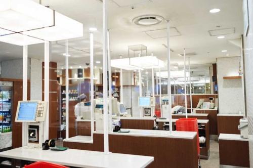 伊勢丹新宿店では、飛沫感染などを防ぐため、レジのスタッフと客との間にアクリルのパネルを設置。館内のインテリアと統一感を持たせた