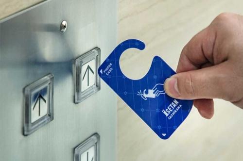伊勢丹立川店では、指先で直接触れることなくエレベーターなどのボタンを押すことができる紙製の「FINGER CARD」を配布。伊勢丹新宿店では採用を見送ったプロダクトデザインセンターの提案(写真提供/プロダクトデザインセンター)