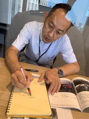 CX-30開発主査 佐賀尚人さん(2021年3月時点での役職は、商品本部副本部長兼 商品企画部長)。透明のついたてを挟んでインタビューしていたので、窓の光が反射していますがご容赦を。撮影時はマスクをはずしていただきました。(Y)