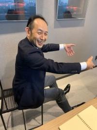 佐賀さん、やおら椅子を横にして解説を始めるの図。
