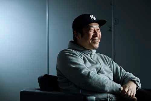 江口カン(えぐち・かん) 福岡出身、KOO-KI所属。ドラクエ(出演:のん、北大路欣也)、スニッカーズなど多数のCMを演出。Webムービーでは、「Baseball Party」(トヨタ)や「COME ON! 関門!」(北九州市・下関市)などのヒット作品を手掛け、国内外にて異例の視聴数を獲得。07-09年、カンヌ国際広告祭で3年連続受賞。13年、東京2020五輪招致PR映像「Tomorrow begins」のクリエイティブ・ディレクションを務める。ドラマ「めんたいぴりり」が日本民間放送連盟賞・優秀賞(2年連続)、ギャラクシー賞などを受賞。劇場映画作品は、デビュー作「ガチ星」(18)が「映画芸術」2018日本ベスト10にランクイン、その後「めんたいぴりり」(19)、「ザ・ファブル」(19)と続いている。(写真:大槻 純一)