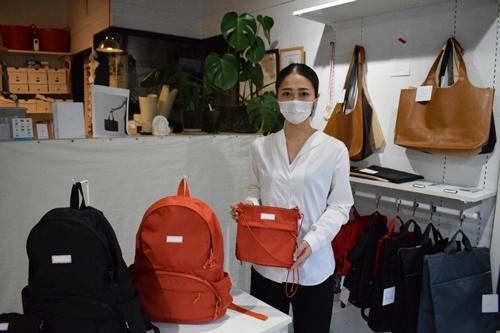 中島多恵子氏は、バッグ作りの経験がないまま、COETを立ち上げた(東京・中野にあるCOETの工房兼店舗)
