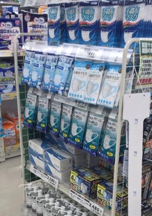 都内のドラッグストア。マスクは多く販売されていたが、この店には日本製は陳列されていなかった