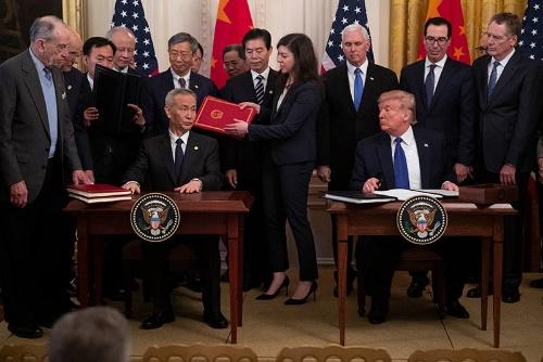 今年1月、トランプ大統領は米中貿易交渉の「第1段階」の合意文書に署名した。しかし、米中の関係はその後、悪化の一途をたどっている(写真:AP/アフロ)