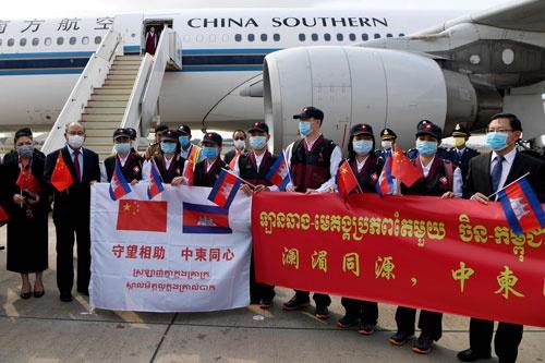 カンボジアに到着した中国の医療チーム。中国は世界規模で「マスク外交」を展開する(写真:AFP/アフロ)