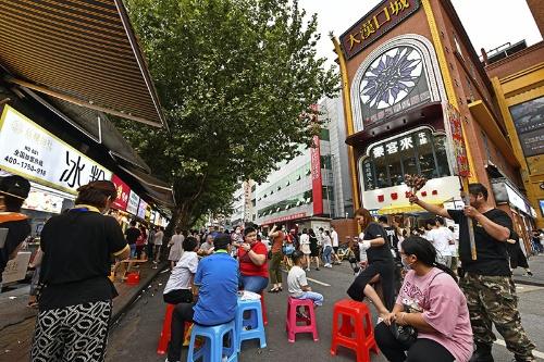 7月中旬、武漢の繁華街は大勢の武漢市民でにぎわっていた(写真:町川秀人、以下同)
