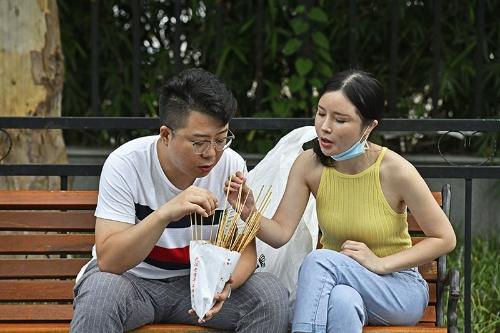 串料理を食べる武漢のカップル