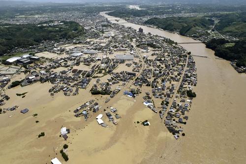 7月4日に熊本県人吉市で球磨川が氾濫した様子。流域では広範囲にわたって浸水被害が発生した(写真:共同通信)