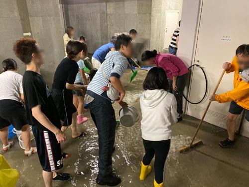 2019年10月の台風19号がもたらした豪雨で内水氾濫が発生し、地下の電気設備に浸水した武蔵小杉のタワーマンション「パークシティ武蔵小杉ステーションフォレストタワー」の当時の様子。マンション住民は地下3階にたまった水の排水作業を深夜まで続けた(写真提供:パークシティ武蔵小杉ステーションフォレストタワー)