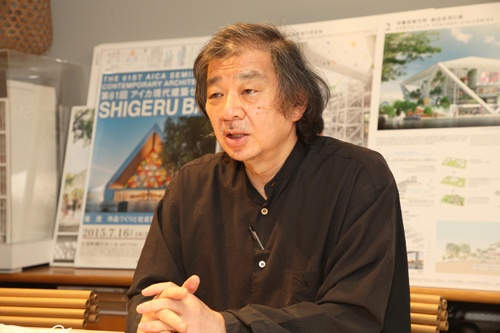 "<span class=""fontBold"">坂茂(ばん・しげる)氏</span><br> 建築家。1957年東京生まれ。84年米クーパーユニオン建築学部卒業。85年に坂茂建築設計を設立。2014年に「建築のノーベル賞」とも言われるプリツカー賞、17年には紫綬褒章を受章。19年から慶応義塾大学環境情報学部教授を務める。被災者への住環境に対する支援事業を行うNPO法人「ボランタリー・アーキテクツ・ネットワーク(VAN)」代表(写真:都築 雅人)"