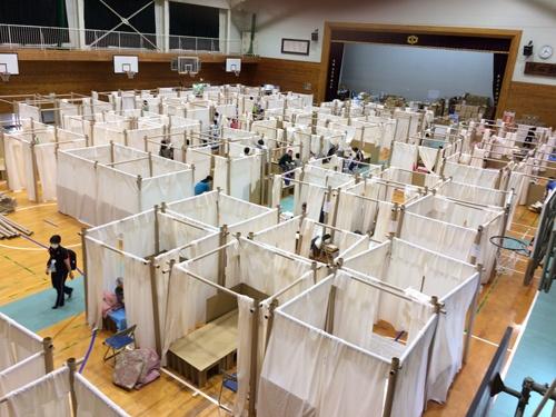 熊本県人吉市の中学校に設置した避難所用・間仕切りシステム(PPS)。政府からの依頼で坂茂氏やNPOスタッフが現地に入り設置の手順などを指導した(写真提供:ボランタリー・アーキテクツ・ネットワーク)