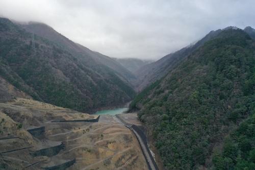 2019年12月に撮影した奈良県十津川村長殿地区の天然ダムの様子。周辺に豪雨が降った場合、あふれた水で天然ダムが決壊して下流域の集落が土石流に襲われるリスクがあり、監視が欠かせない(写真提供:国土交通省)