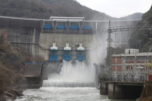 広域化・激甚化する豪雨災害に対応するため、日本工営はAI(人工知能)を使ってダムを柔軟に操作する研究を進めている(写真:PIXTA)