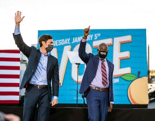 米ジョージア州の上院議員決選投票で当選を確実にしたオソフ氏(左)とワーノック氏(写真:The New York Times/Redux/アフロ)
