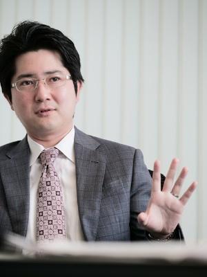 """<span class=""""fontBold"""">小林俊介(こばやし・しゅんすけ)<br>みずほ証券エクイティ調査部チーフエコノミスト</span><br>専門は日本経済・世界経済・金融市場分析。2007年、東京大学経済学部を卒業し、大和総研に入社。2013年に米コロンビア大学および英ロンドンスクールオブエコノミクスで修士号を取得。日本経済・世界経済担当シニアエコノミストを経て、2020年8月より現職。(写真:加藤 康、以下同)"""