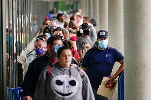 失業給付の手続きのため列をなす米市民。それでも人手不足が起こる理由とは(写真:ロイター/アフロ)