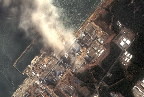 煙を上げる福島第1原子力発電所。2011年3月14日(提供:DIGITAL GLOBE/Science Photo Library/アフロ)