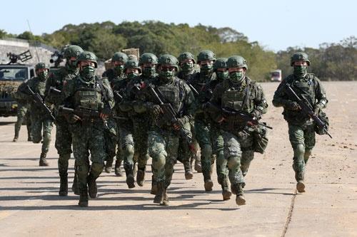 演習に臨む台湾軍。中国の影響が台湾軍の中にまで浸透しているといわれる(写真:AP/アフロ)