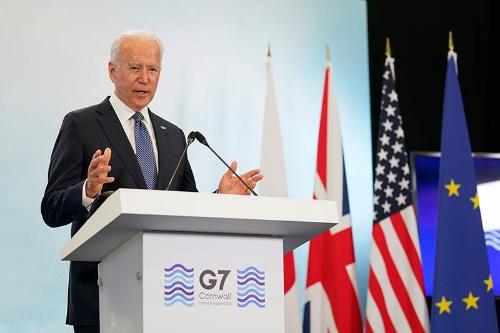G7首脳会議での記者会見に登場したジョー・バイデン米大統領(写真:AP/アフロ)
