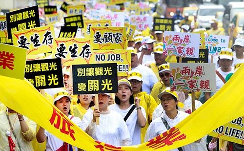 中国人観光客の減少にいらだつ台湾観光業者らがデモ(2016年)(写真:AP/アフロ)