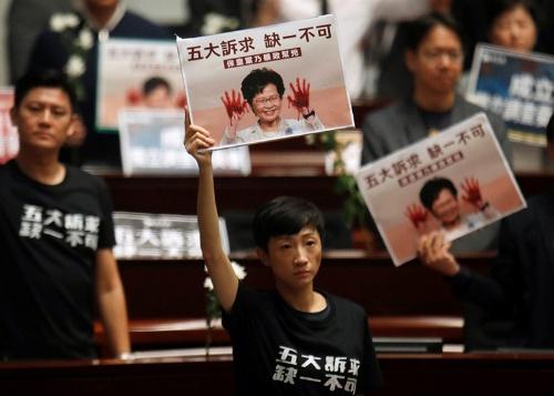 民主派の抗議で混乱する香港立法会(2019年)(写真:ロイター/アフロ)