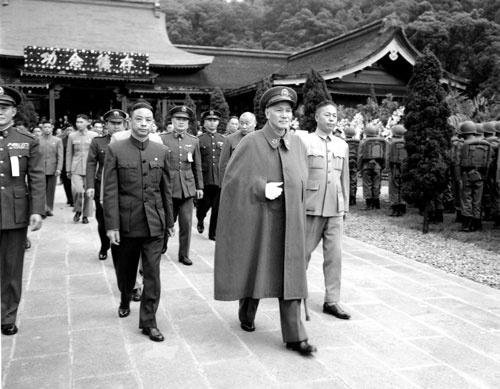 台湾に渡った蒋介石は、台湾の人々に「中国共産党は悪。我々はそれに絶対に屈しない」と説き続けた(写真:AP/アフロ)