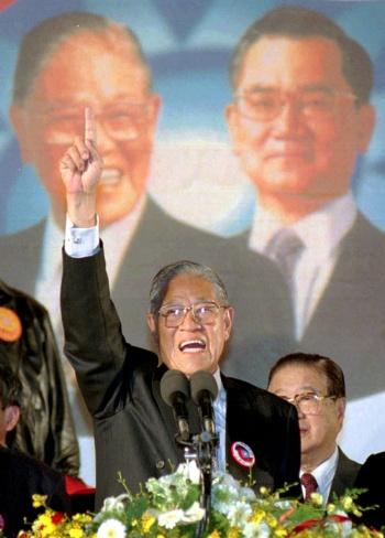 1996年の台湾総統選で勝利宣言する李登輝(写真:AP/アフロ)